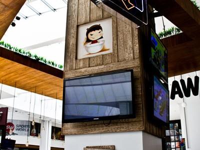 Columna con pantalla y detalles en madera en Wabu Interlomas