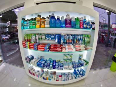 Estantería y vitrinas de Farmacia la de siempre