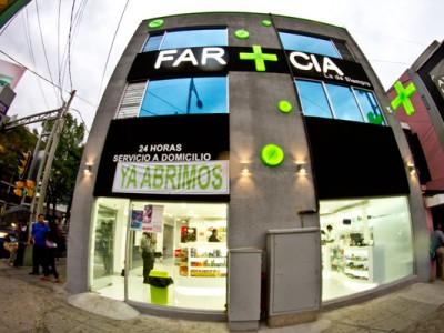 Vista frontal de fachada de Farmacia la de siempre