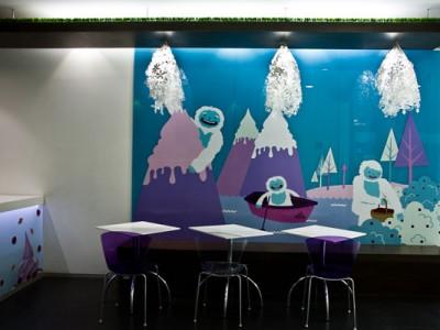 Mural, mobiliario, piso y techo con pasto sintético en Moyo Samara