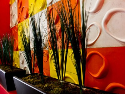 Paneles tridimensionales con macetas decorativas del Hostal de los Quesos
