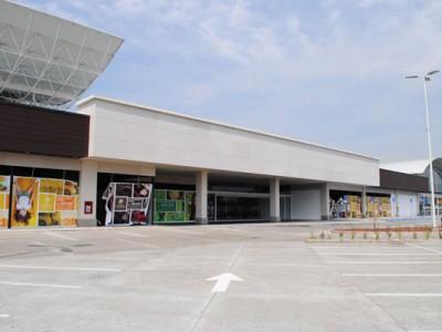 Vista diagonal completa del Centro Comercial Plaza Centella